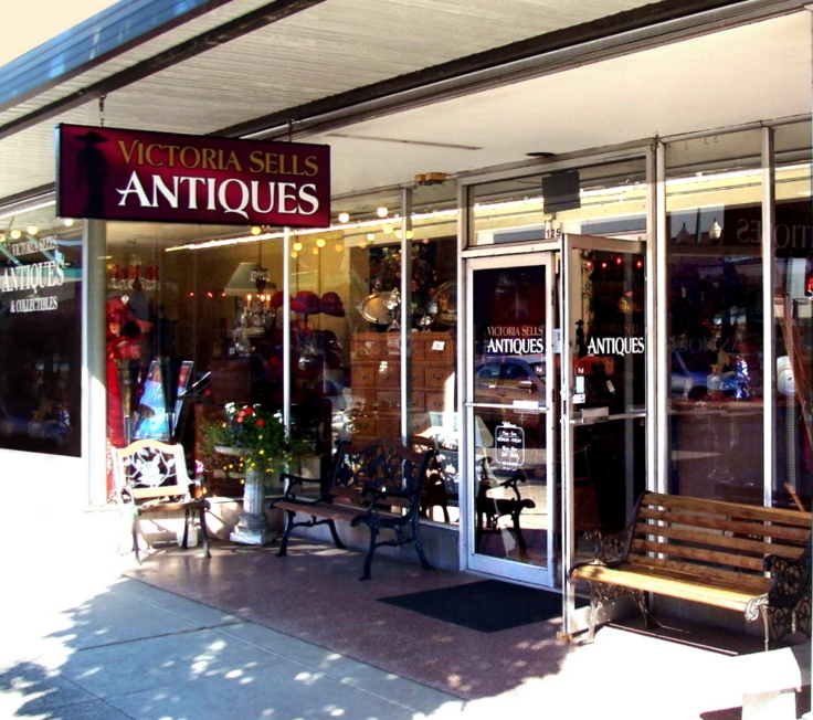 Puyallup-Antique-District-Victoria-Sells-Antiques